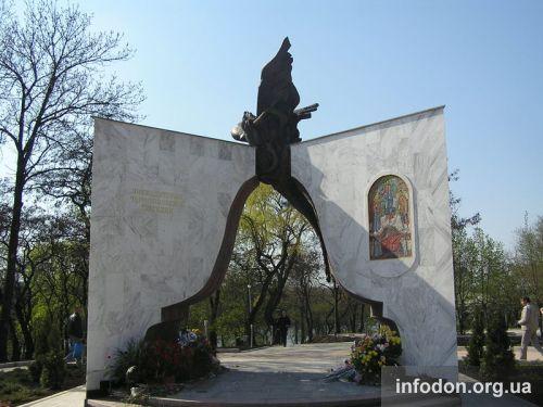 Памятник жертвам чернобыльской катастрофы в Донецке