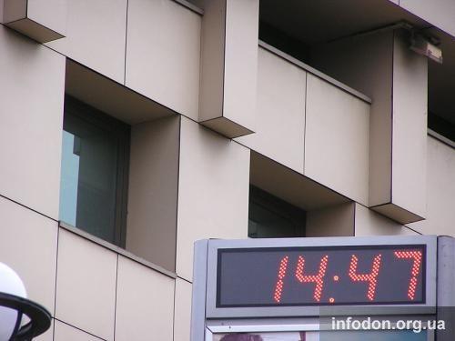 Часы возле Международного бизнес-центра в Донецке