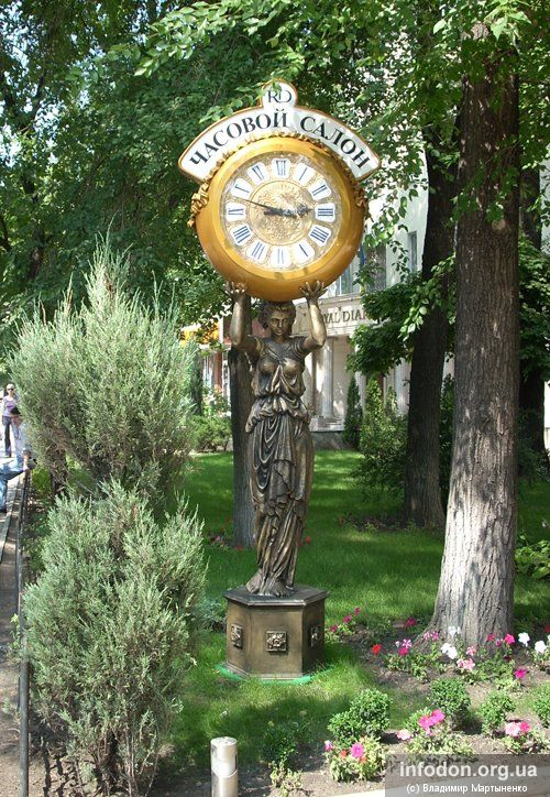 Часы возле магазина «Антик» в Донецке