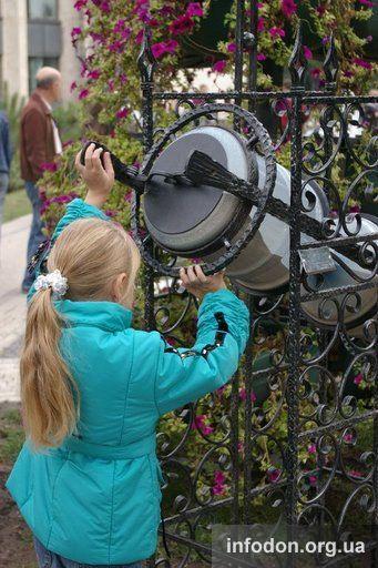 Песочные часы в парке кованых фигур в Донецке