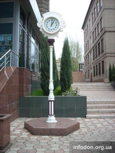 Часы возле здания ОАО «Донецкоблгаз»