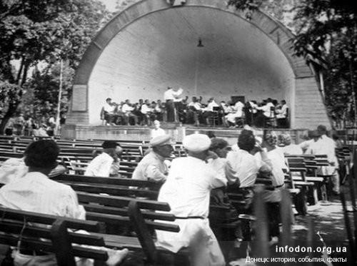 Летняя музыкальная площадка в центральном парке им. Щербаков