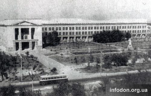 Памятник Сталину возле третьего корпуса ДПИ