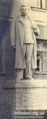 Памятник Сталину у общежития ДМЗ