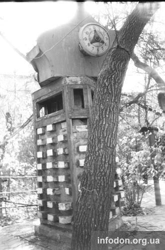 Часы во дворике с Дон-Кихотом.