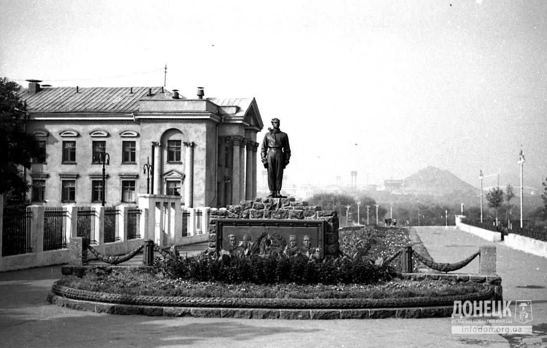 Памятник стратонавтам в Сталино (Донецке). 1950-е