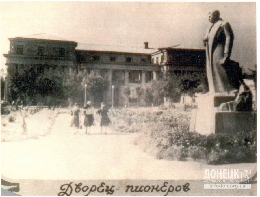 stalino_dvorec_pionerov_pamyatnik_stalinu