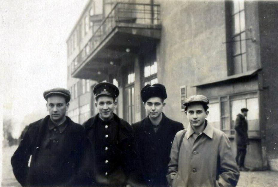 Анатолий Соловьяненко (крайний справа) с сокурсниками, студентами первого курса Донецкого индустриалного института (сейчас ДонНТУ) около первого учебного корпуса (ул. Артема, 58). Сталино, декабрь 1949 года