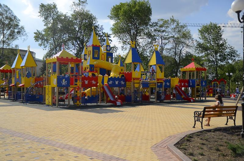Новая детская площадка в сквере ДК Металлургов (Центра славянской культуры) в Донецке