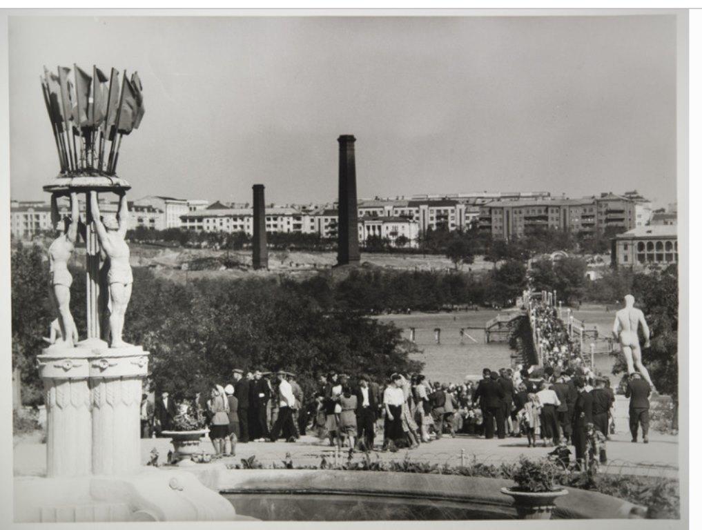 Парк им. Щербакова. Мост через Первый городской ставок ещё деревянный. Сталино, 1950-е. Фото Е.Халдея