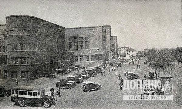 51. Дом Советов и стоянка автомобилей.