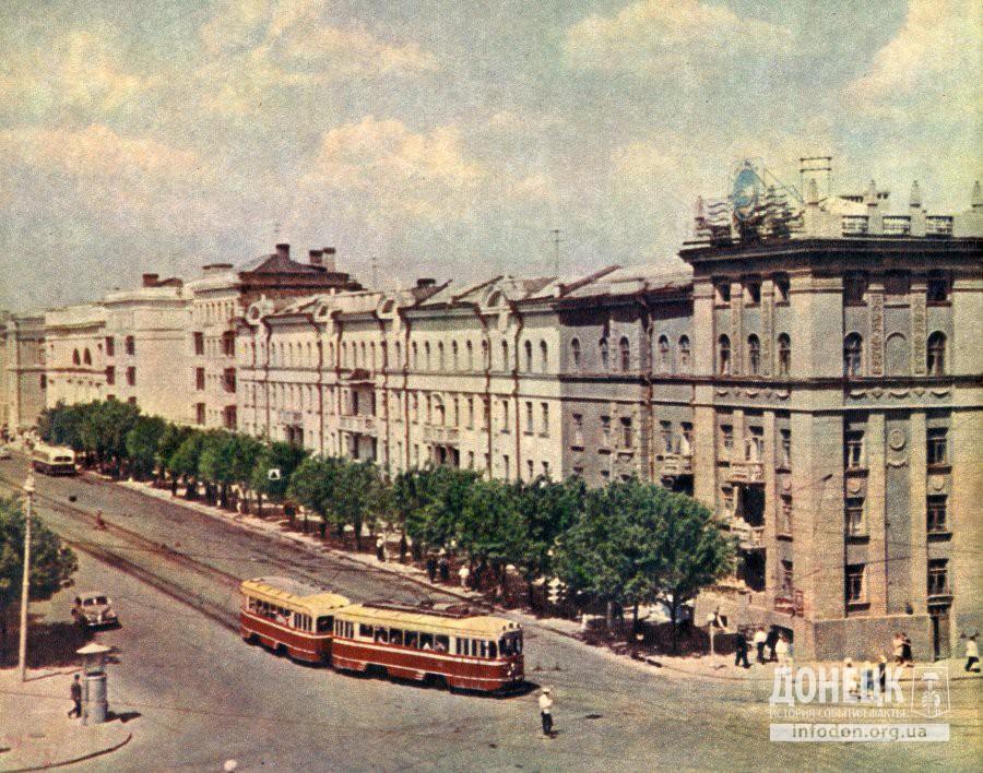 Трамвай на пересечении пр. Гурова и ул. Артема в Сталино