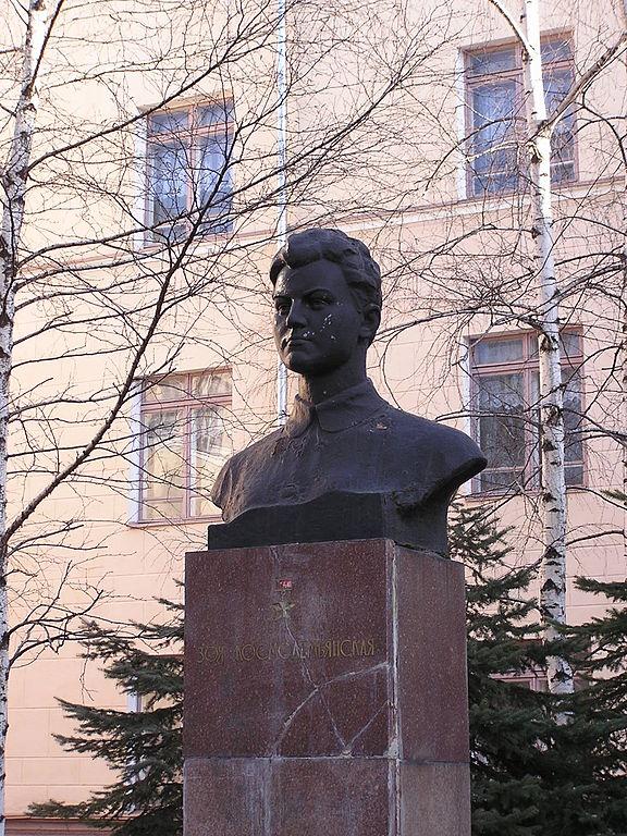 Памятник Зое Космодемьянской у лицея №54 в Донецке. Фото Андрея Бутко, 2007 год