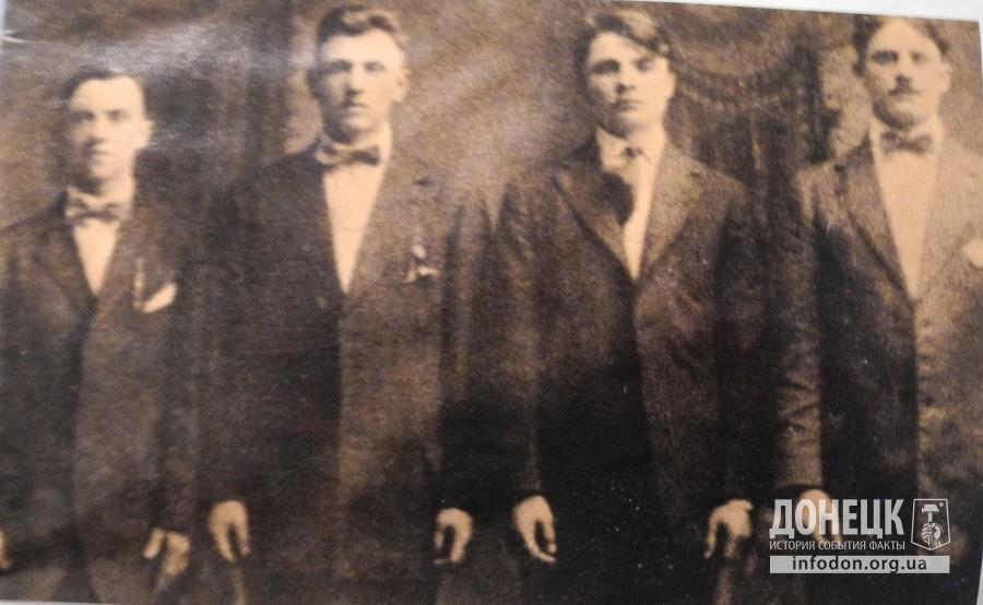 Незадолго до своего отбытия в СССР в начале 20-х годов Джон Пинтер (второй справа) зашел с друзьями (имена неизвестны) в фотоателье, чтобы сделать фотографию на память.