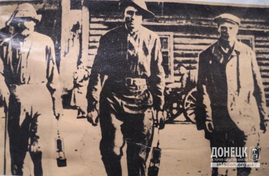 Джон Пинтер (в центре) сопровождал всесоюзного старосту Михаила Ивановича Калинина во время его визита на шахты Донбасса