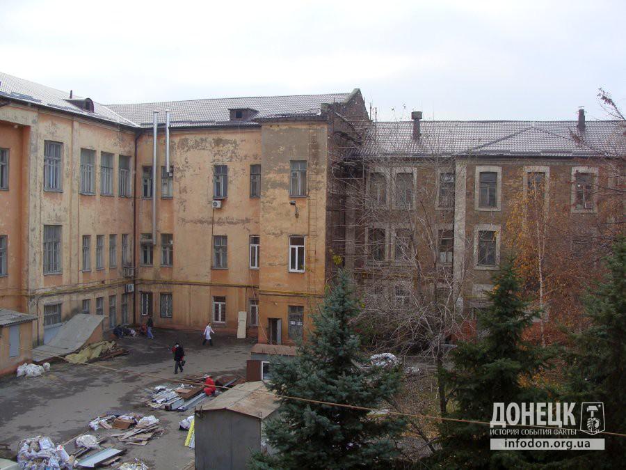 Вид на здание со двора