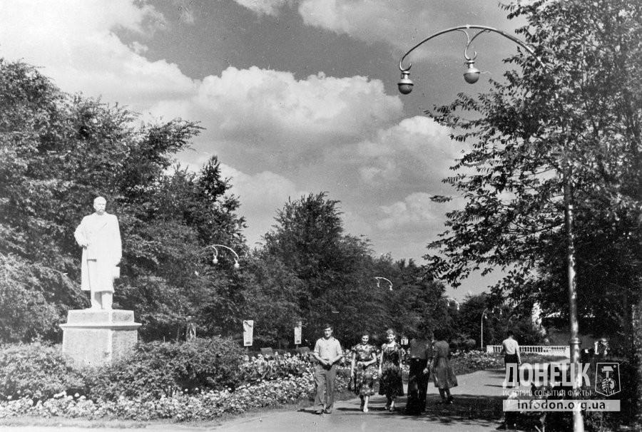 Сквер имени М.Горького. Памятник писателю. Сталино (Донецк), 1950-е
