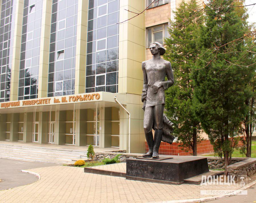 Памятник М.Горькому на территории Донецкого медицинского университета. Октябрь, 2013 [3]