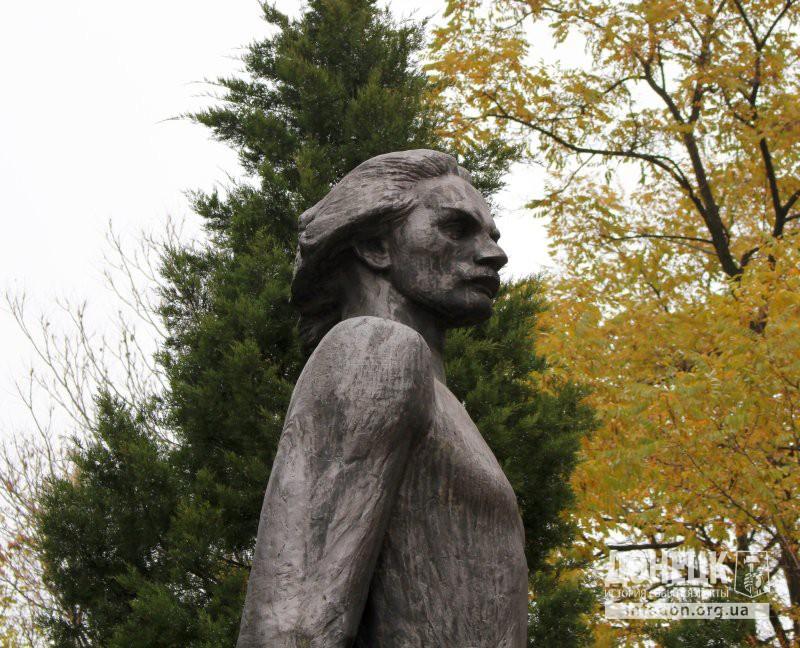 Памятник М. Горькому на территории Донецкого медицинского университета. Октябрь, 2013 [3]