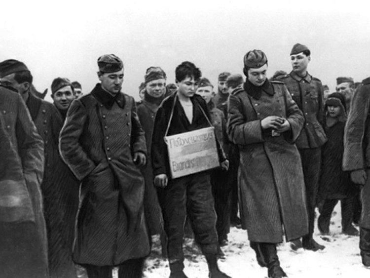 Зоя КОсмодемьянская перед казнью с табличкой на шее