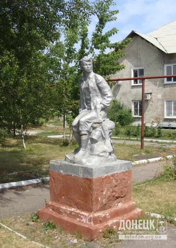 Памятник Зое Космодемьянской на ул. Литке в Донецке. Июль 2009. Фото Алексей Федькл