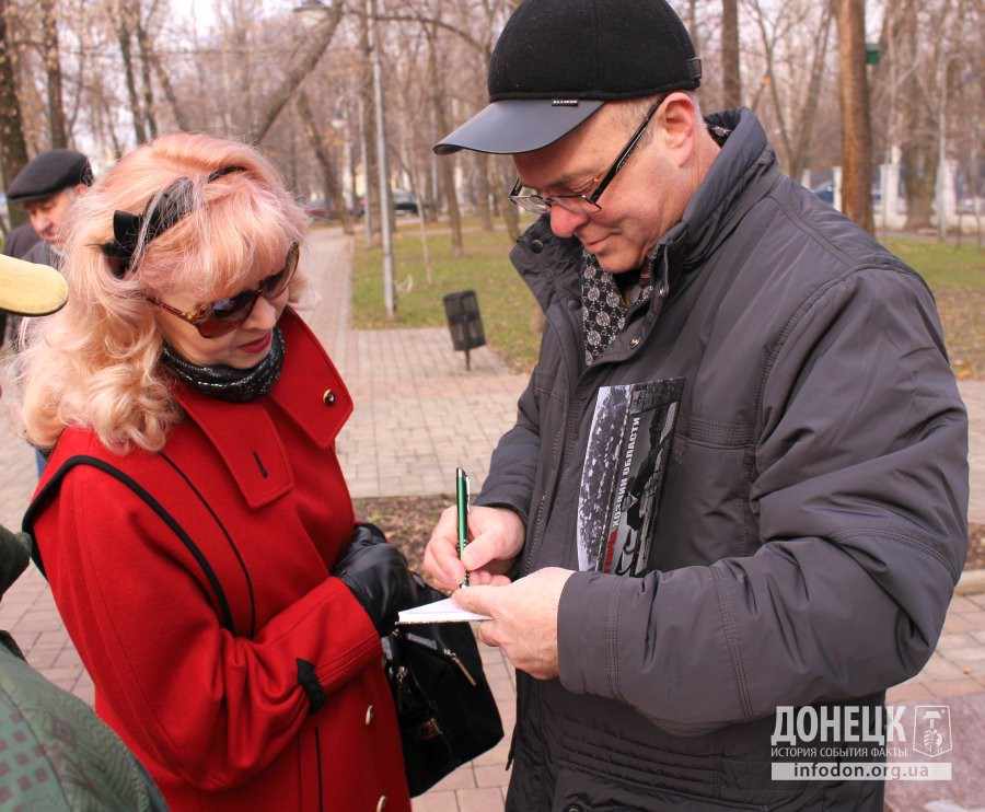 Валерий Степкин ставит дарственные подписи на книгах