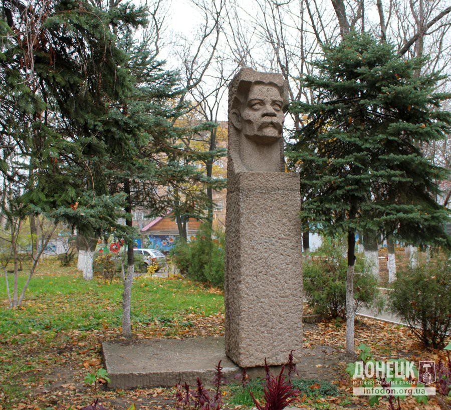Бюст М. Горького в ДонНМУ. Октябрь, 2013 [3]