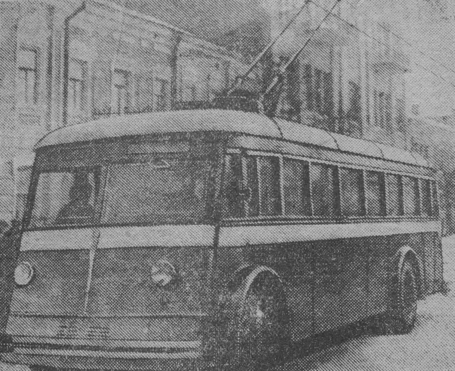 Первый троллейбус на улицах города Сталино