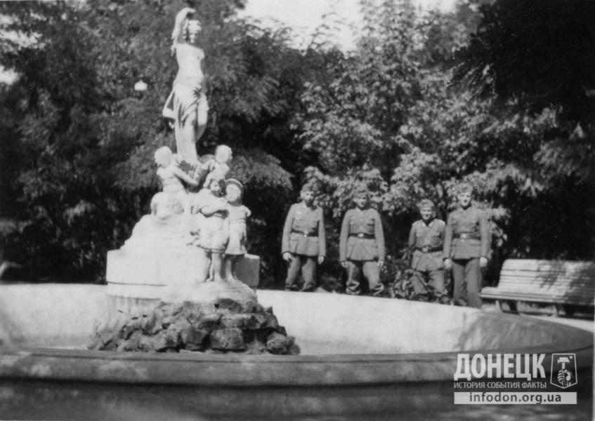 16   1942  оккупанты у фонтана-2