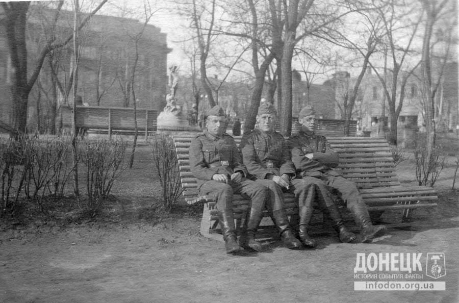 19. 1943 год. Немецкие солдаты в сквере коммунаров