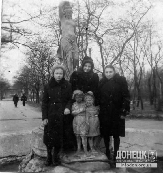 22. 1951 год. Фото на память в фонтане