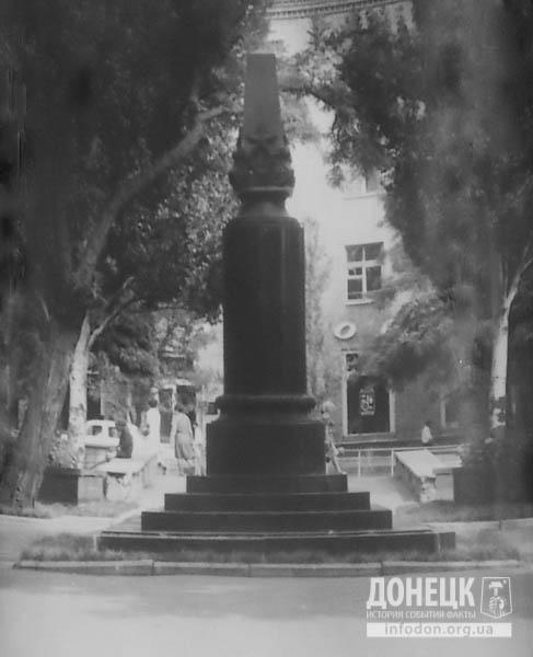 27  1974 август вид памятника с тыльной стороны-2