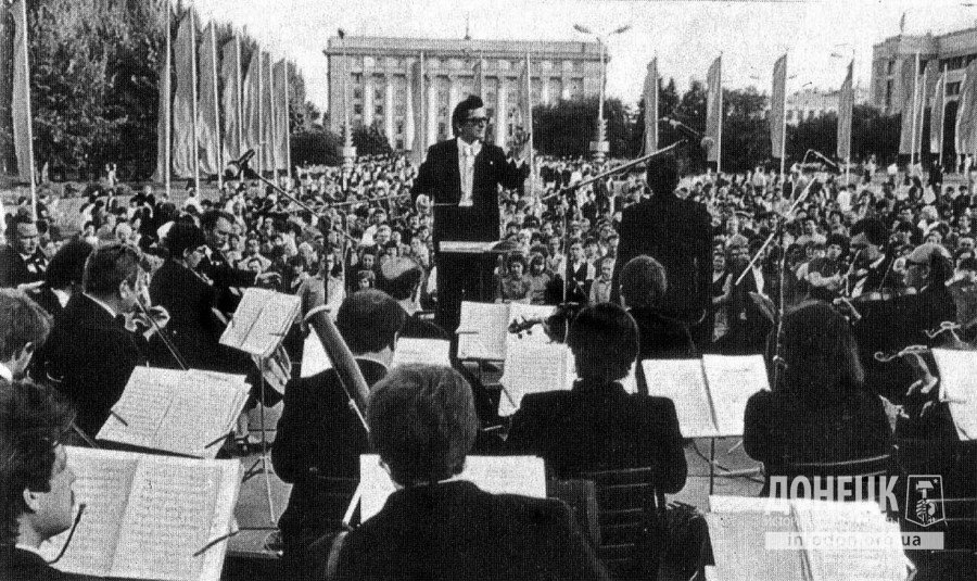 На площади Ленина звучит музыка