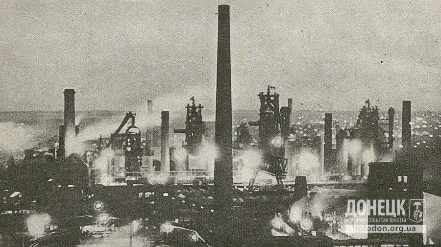 Ночные сполохи плавок над Донецким металлургическим заводом