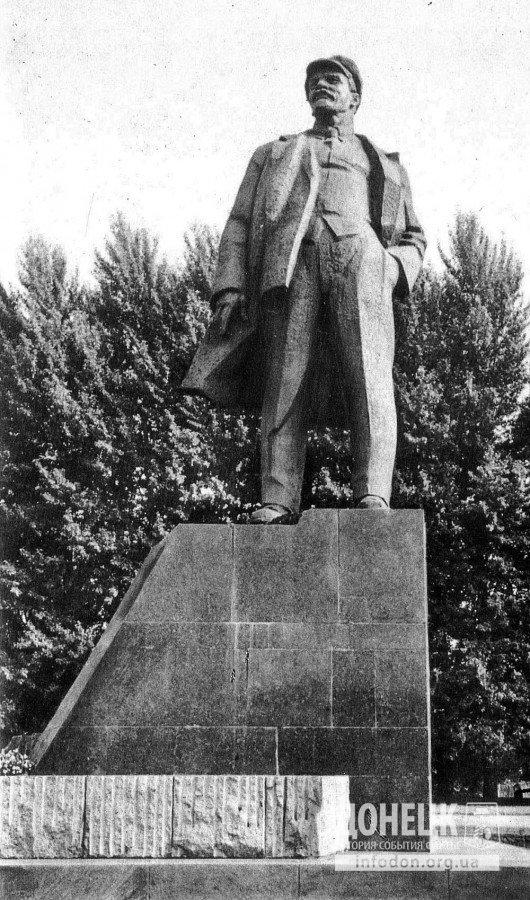 Памятник В. И. Ленину на площади его имени