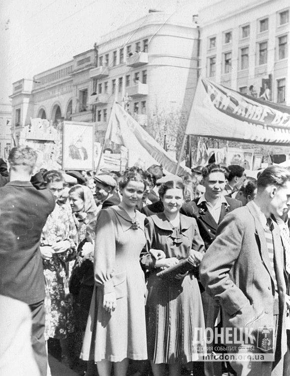 На заднем плане портрет Карла Маркаса и кинотеатр Шевченко