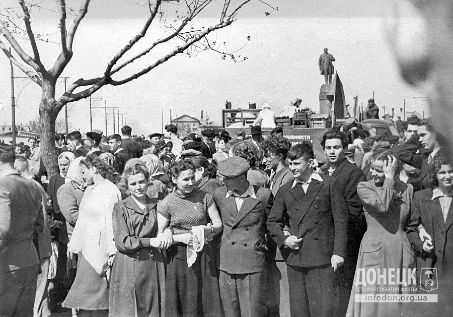 1 мая 1956 года. Сталино. Трудящиеся на первомайской демонстрации. Улица им. Артема на пересечении с бульваром Шевченко