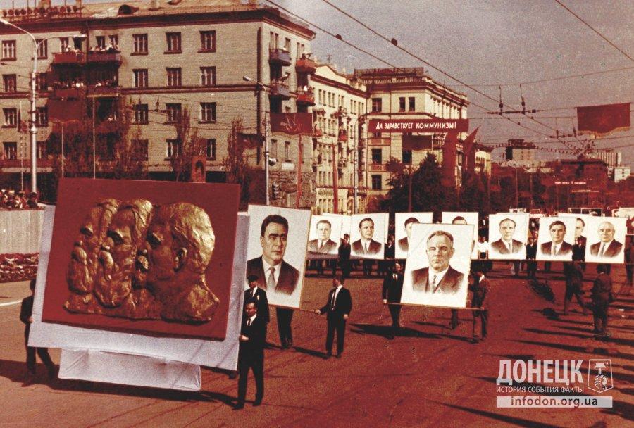 Маркс, Энгельс, Ленин на фоне портретов членов политбюро