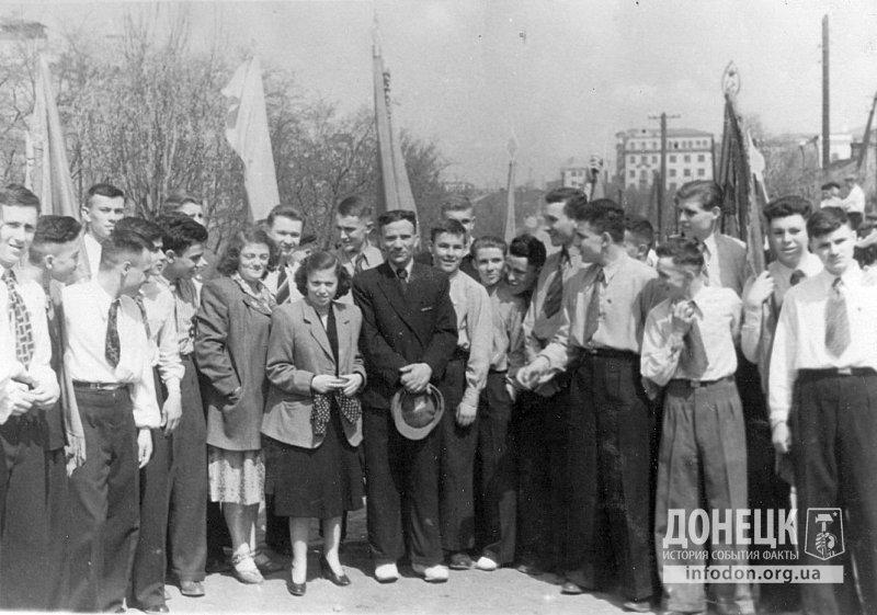 Учащиеся школы на первомайской демонстрации. 1 мая 1953 года