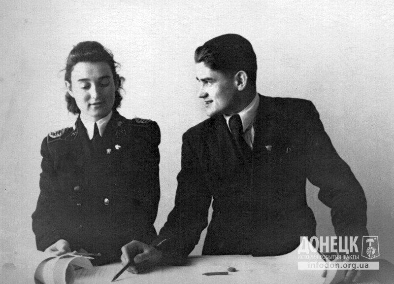 Преподаватель Зуйков консультирует дипломницу. Студентка в форме, у нее и преподавателя на груди комсомольские значки, фото около 1952 г.