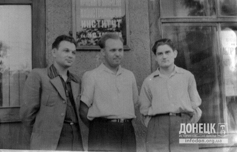 У входа в 3-й корпус ДИИ им. Н.С. Хрущева, 1951-52 гг.