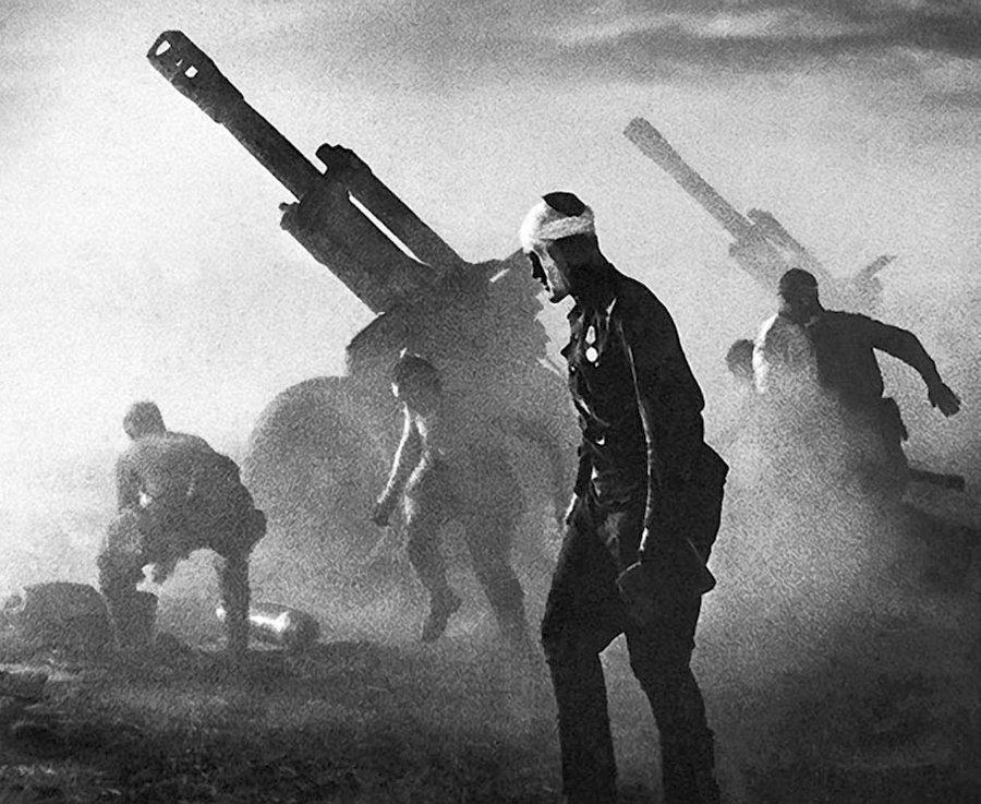 №10Батарея ведет огонь по обороняющимся немецким войскам