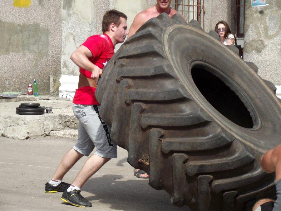 Игорь Катеренчак в поединке с покрышкой весом 320 кг.