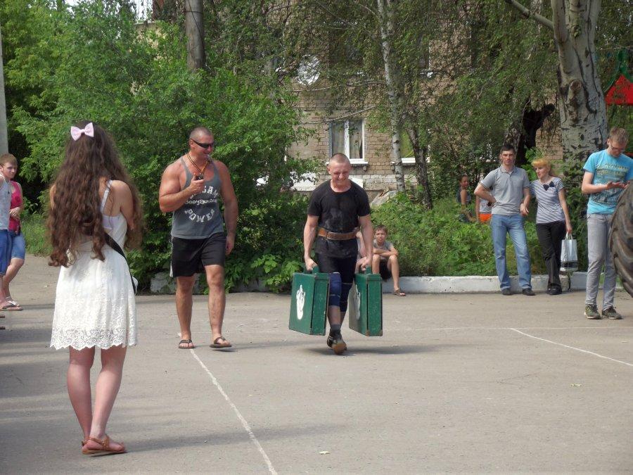 Лето – пора путешествий. Чемоданы общим весом в 170 кг обеспечивают хорошую закалку тем, кто собрался в дорогу.