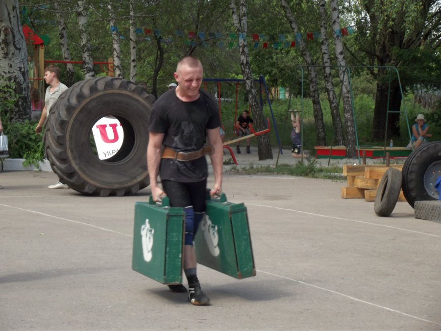 Чемоданы общим весом в 170 кг обеспечивают хорошую закалку тем, кто собрался в дорогу.