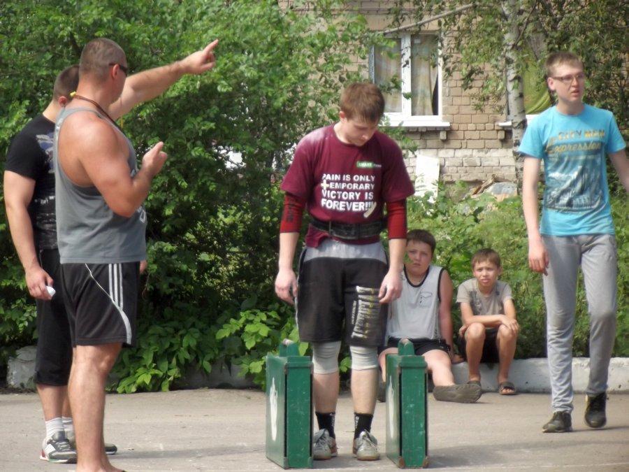 По команде тренера Илья Ермаченков собирается пройти 20 метров за максимально короткое время.