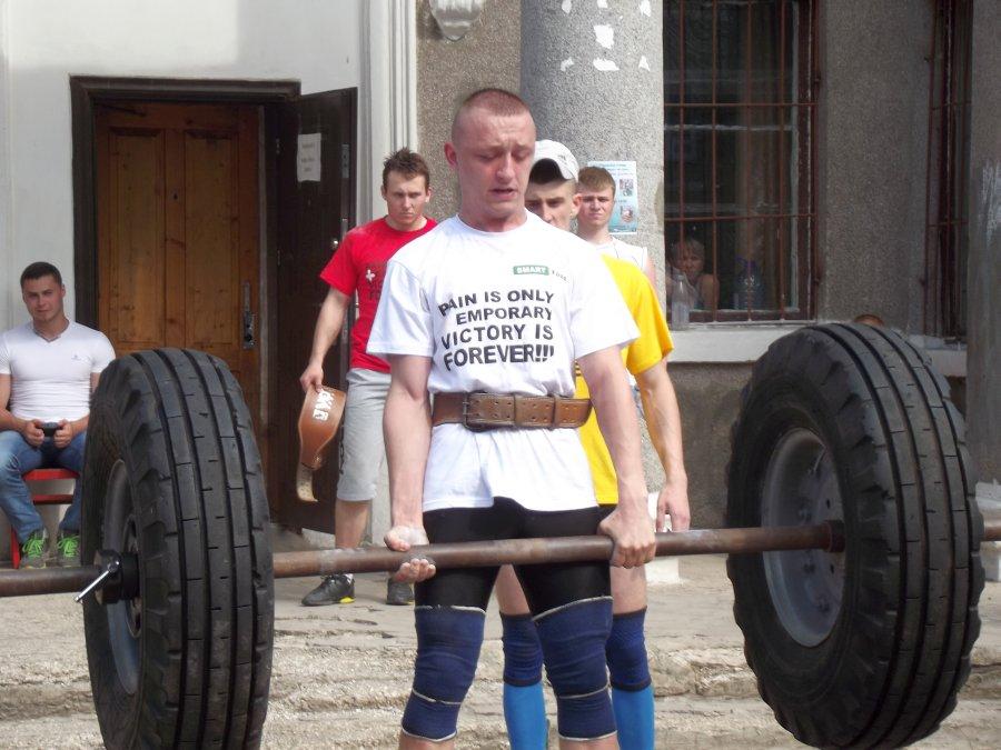 За 60 секунд Богдан Кичигин поднял штангу 170 кг 12 раз.