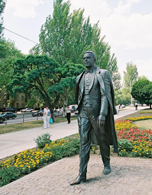 Памятник Кобзону в Донецке