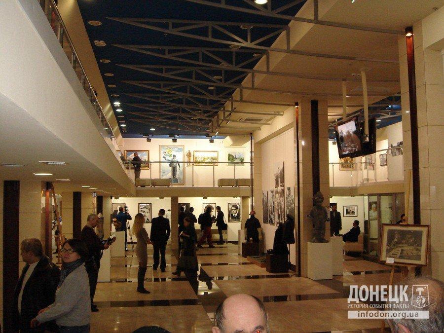 Интерес к персонам на фото - почетным гражданам Донецка