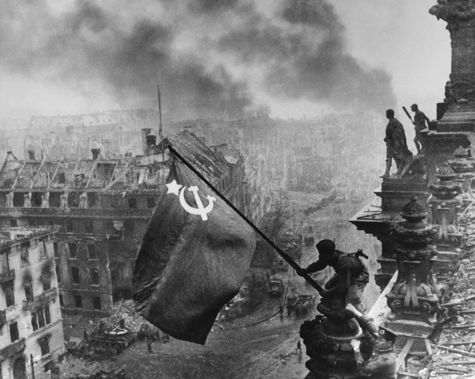 Знамя Победы над Рейхстагом. Берлин. 1945. Фото Евгения Халдея
